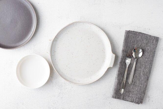 Серые и белые тарелки, измените размер тарелок, чтобы начать худеть