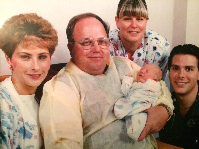 Морган на руках у Гарольда. Слева - медсестра, выходившая ее в больнице.