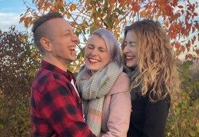 «У нас много любви»: жених и невеста влюбились в общую подругу и живут втроём