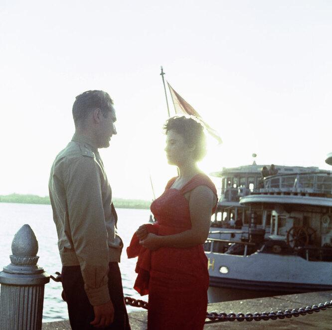 Летчик-космонавт Герман Титов с женой Тамарой на прогулке в Химкинском речном порту
