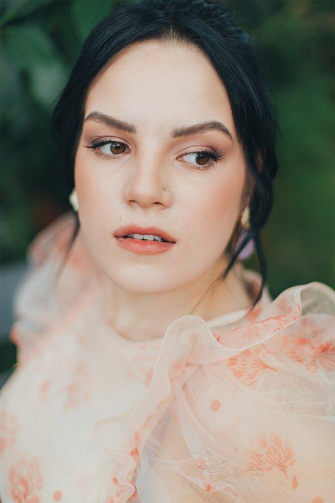 На Маргарите: платье, Simon Rocha x H&M, «Let's Go Dress»; серьги, Oscar de la Renta