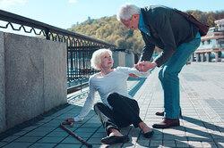 Падения упожилых: можно ли сними бороться?