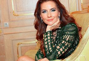 «Что-то магическое в вас, глаз не оторвать»: 47-летняя Елена Север в элегантном вечернем платье собирает комплименты