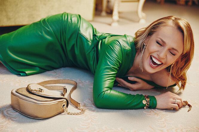 Платье, ANNA BECK; сумка, TOUS; браслет, серьги и все часы, Swarovski