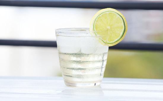 Освежающий лимонный напиток