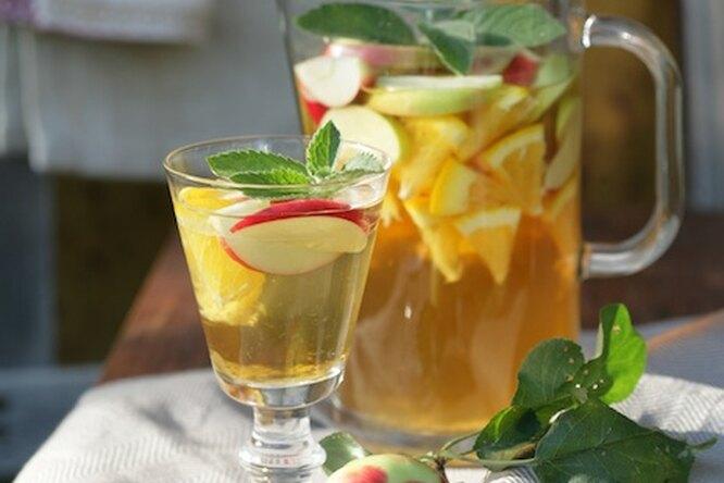 Сангрия из белого вина с яблоками