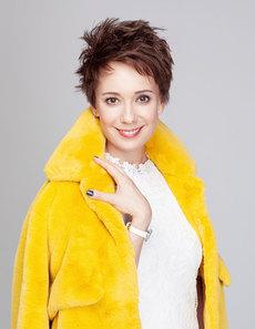 Платье Madeleine, шуба Luisa Cerano, серьги Swarovski, часы