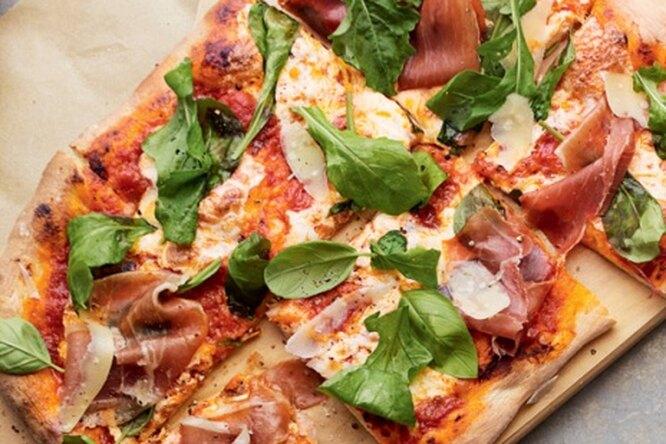 Пицца с моцареллой, рукколой и прошутто