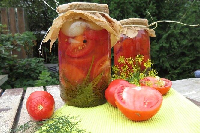 Нарезанные маринованные помидоры  с луком