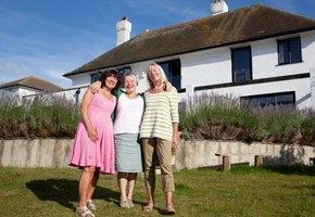 «Мам, вы там что, свихнулись?» Три подруги решили продать жилье и купить один дом на всех