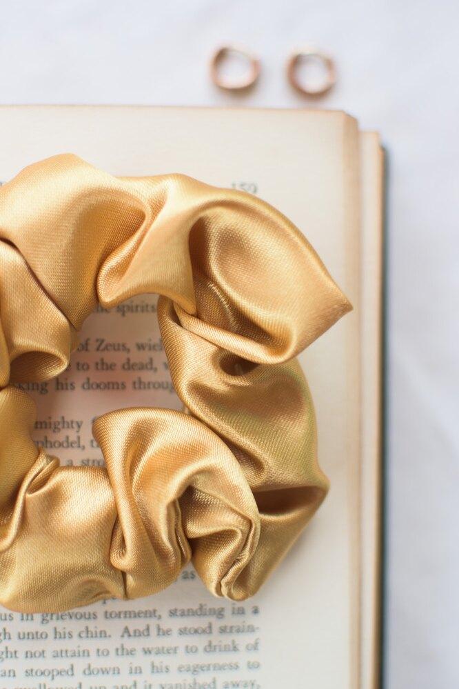 Шелковая резинка для волос на книжке