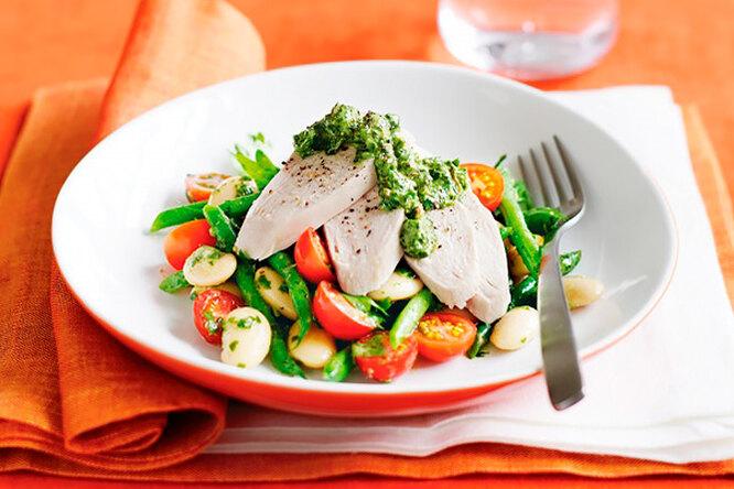 Летний салат с грудкой на пару