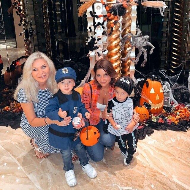 Марина Юдашкина с дочерью и внуками