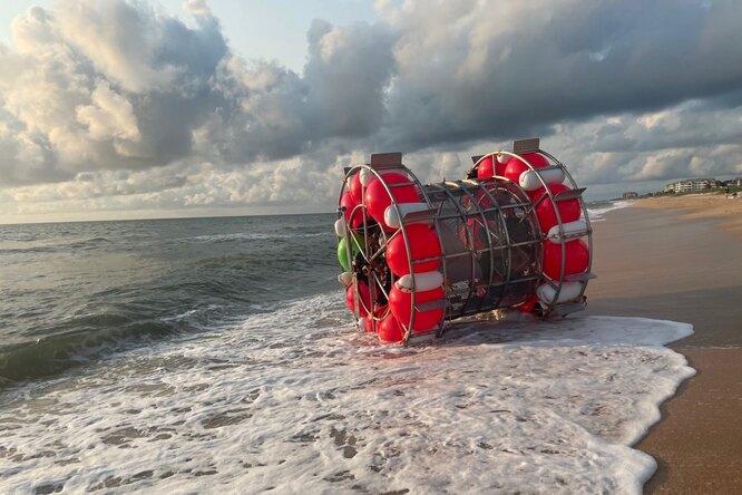 Смело, но глупо: вСША спасли мужчину, заплывшего вокеан нанадувных шарах