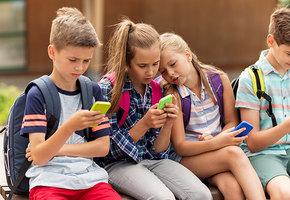 Возьми, детка, телефон: ученые одобрили использование детьми гаджетов