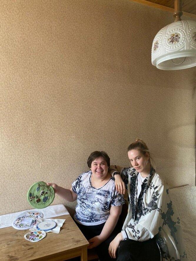 Света и Вика, в квартире у Вики