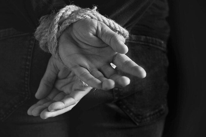 руки связаны