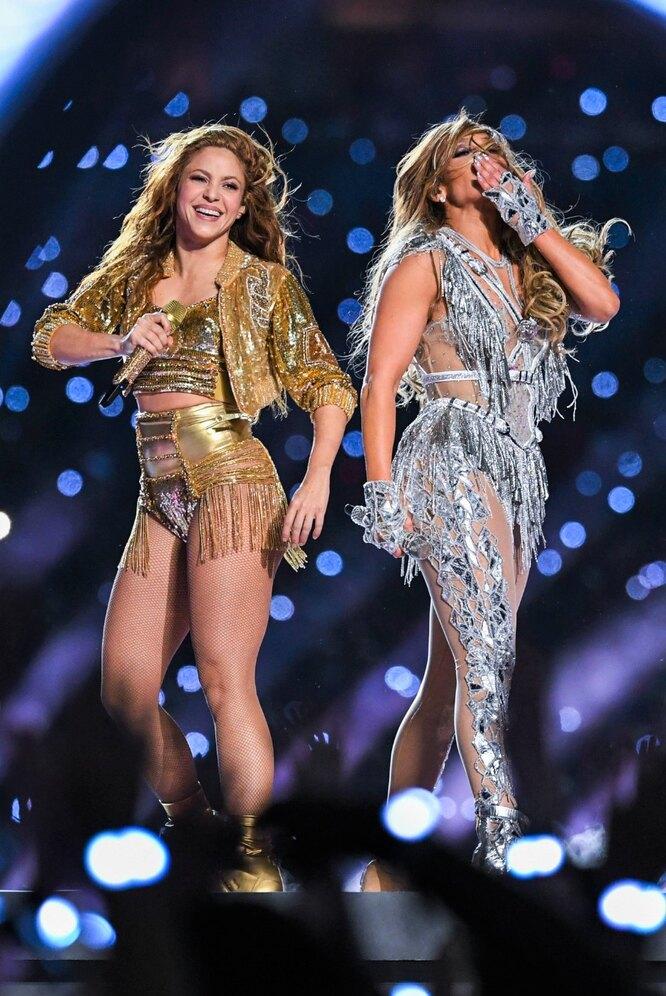 Шакира и Дженнифер Лопес во время выступления на Супербоуле