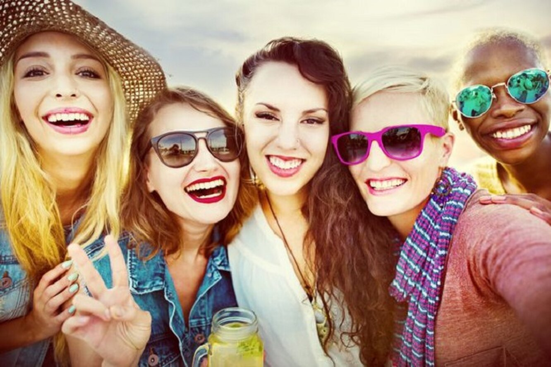 компания женщин улыбается