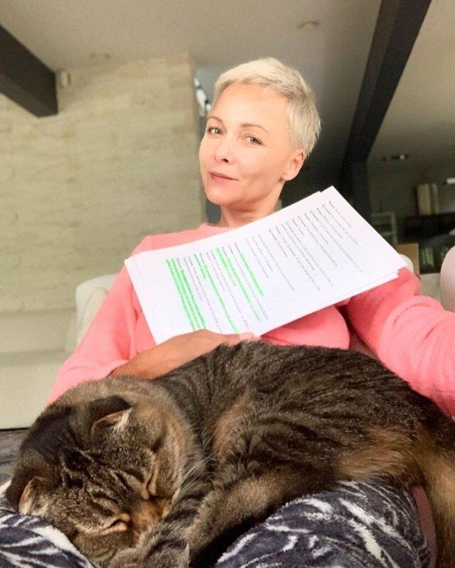 Дарья Повереннова с кошкой Бусей