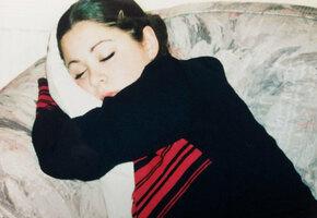 Из-за редкой болезни девушка падает в обморок при виде красавца