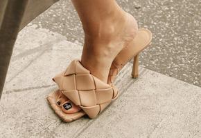 Что купить на распродаже: самые модные босоножки и сандалии на лето