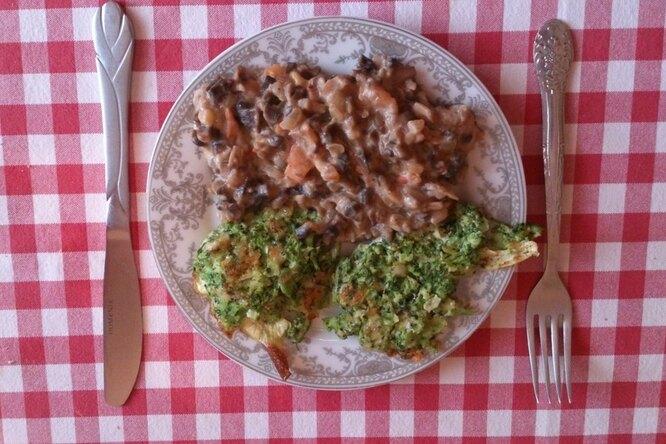 Вегетарианский ужин «разнообразие вкусов»: котлетки из брокколи с сыром и грибы с томатами в сливочно-чесночном соусе