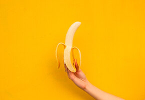 Почему перед сном нужно съесть банан и запить его молоком?