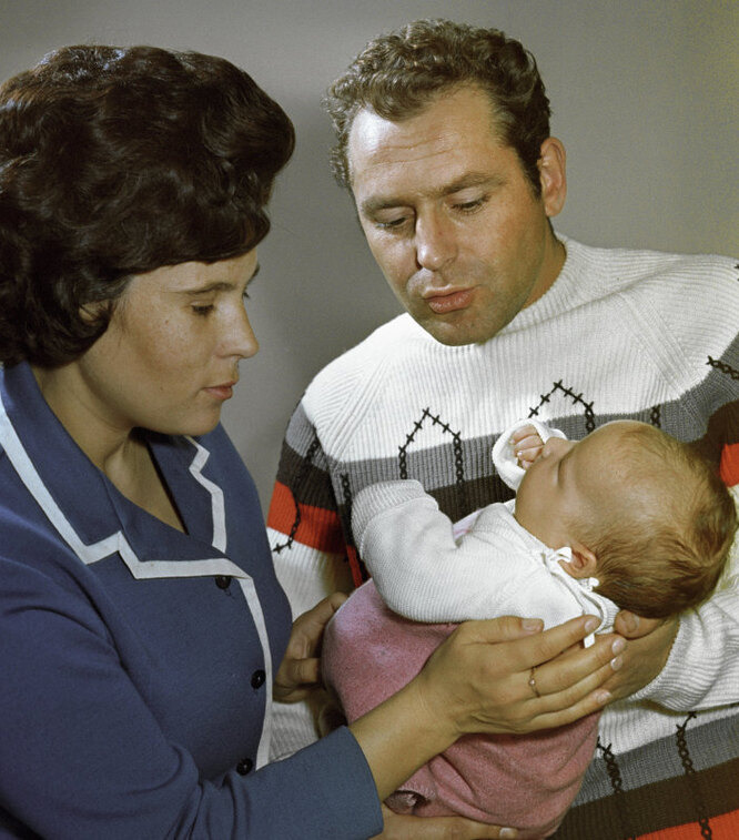 Летчик-космонавт СССР Герман Титов с женой Тамарой и дочерью Таней