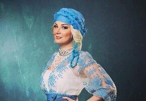 «Завораживающий голос в прекрасном теле»: 42-летняя Мария Максакова дразнит поклонников фото в бикини