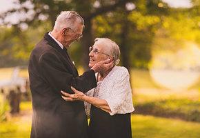 Скоро она не сможет вспомнить своего мужа. Но сегодня у них 65-летний юбилей