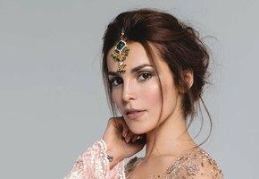 «Вы идеальны тем, что позволяете себе быть неидеальной»: Сати Казанова примерила платье с декольте