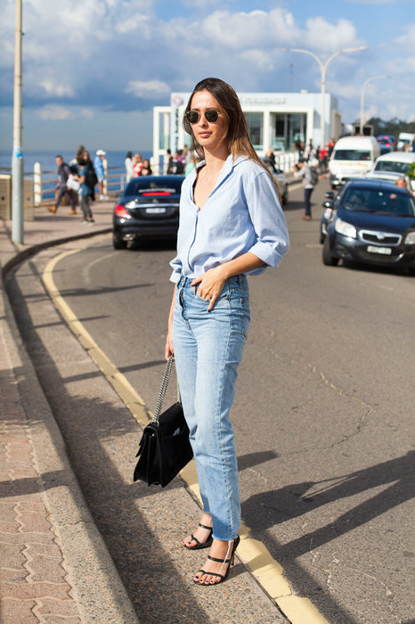 девушка в джинсах и рубашке