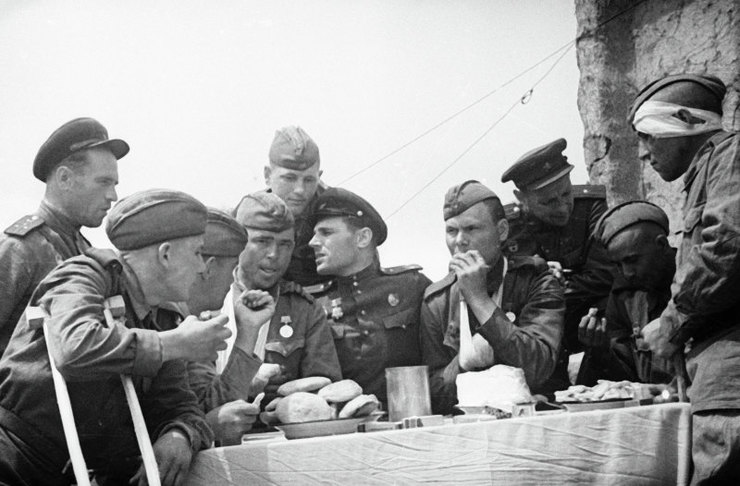 Командиры навещают вгоспитале раненых бойцов