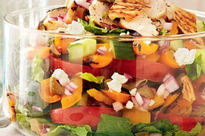 Салат с куриной грудкой, овощами и брынзой