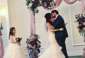 Девушка, родившаяся без руки, надела на свадьбу золотой протез