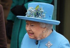 Королева Елизавета II молчаливо поддержала Гарри и Меган,  надев на мессу