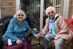 101-летние близняшки каждую неделю проезжают 130 км, чтобы увидеть друг друга