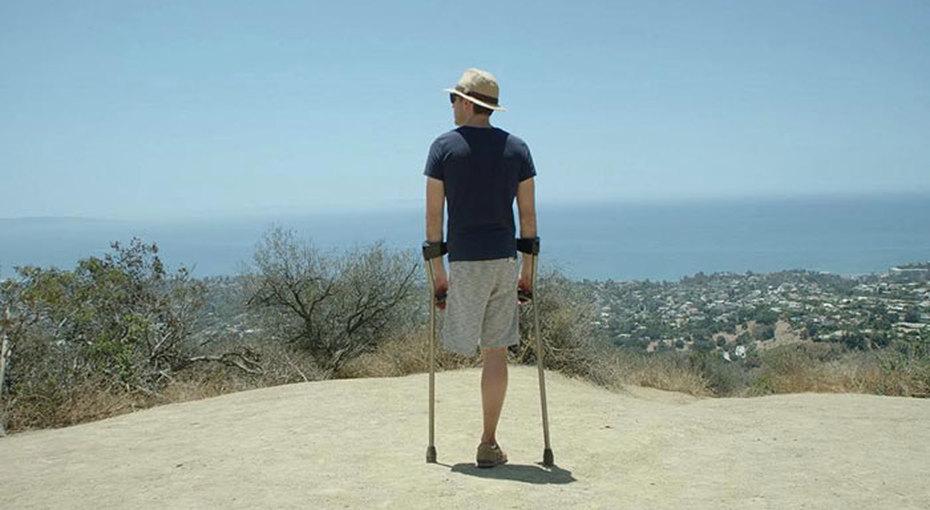 Парень, потерявший ногу из-за рака, делает смешные костюмы наХэллоуин. Вот кем он стал вэтом году