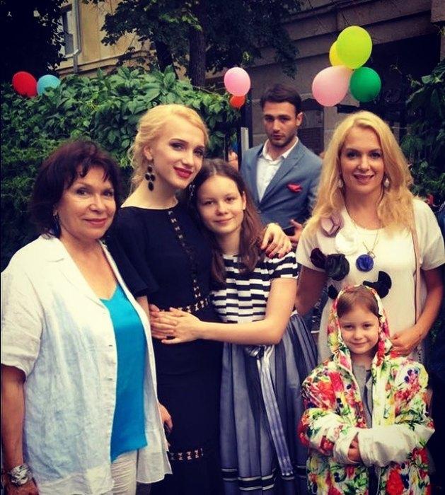 Мария Порошина сматерью Наталией Красноярской (слева), сестрой идочками