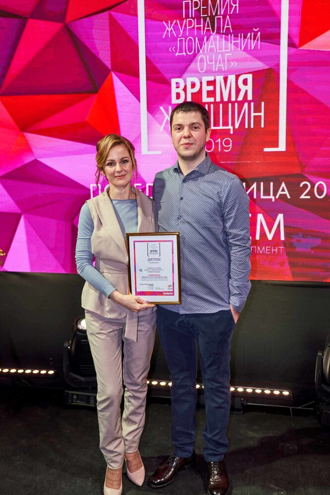 Исполнительный Директор компании Земдевелопмент Таланов Константин и победительница Александра Фешина