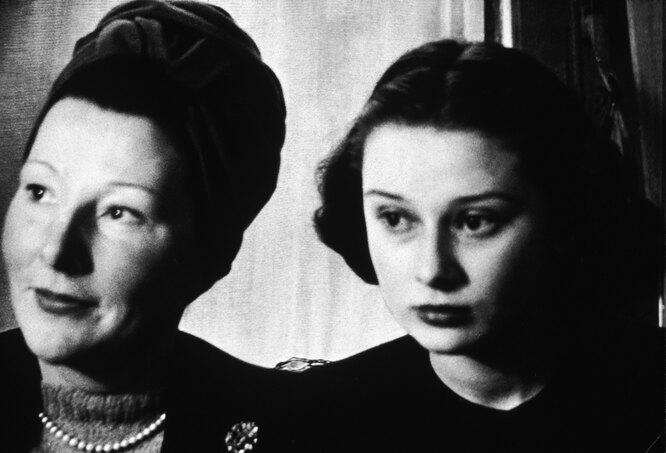 Одри Хепберн с матерью в возрасте 17 лет