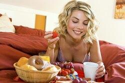 Почему передмесячными хочется есть?