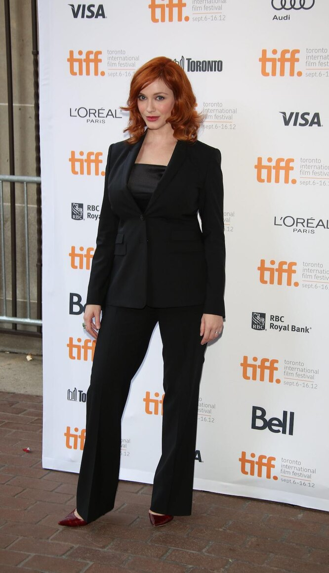 Кристина Хендрикс в черном брючном костюме