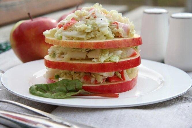 Салат из крабового мяса, яблок и капусты