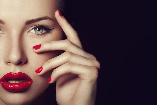 девушка с красным лаком на ногтях