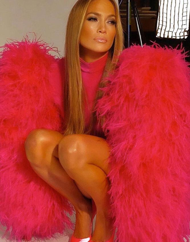 Дженнифер Лопес в платье с перьями