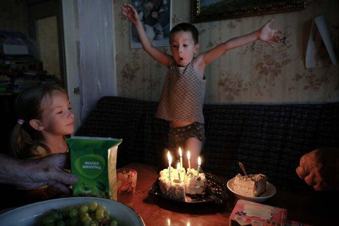 Игорь задувает свечи на свой день рождения Фото: Юлия Скоробогатова для ТД
