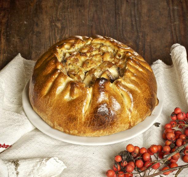 Курник - знаменитый русский праздничный пирог с курицей и яйцами