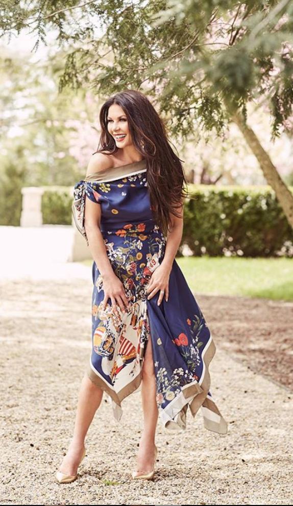 Кэтрин Зеты Джонс в легком платье